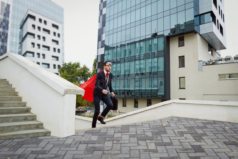 Um homem de negócios apressa acima as escadas foto de stock