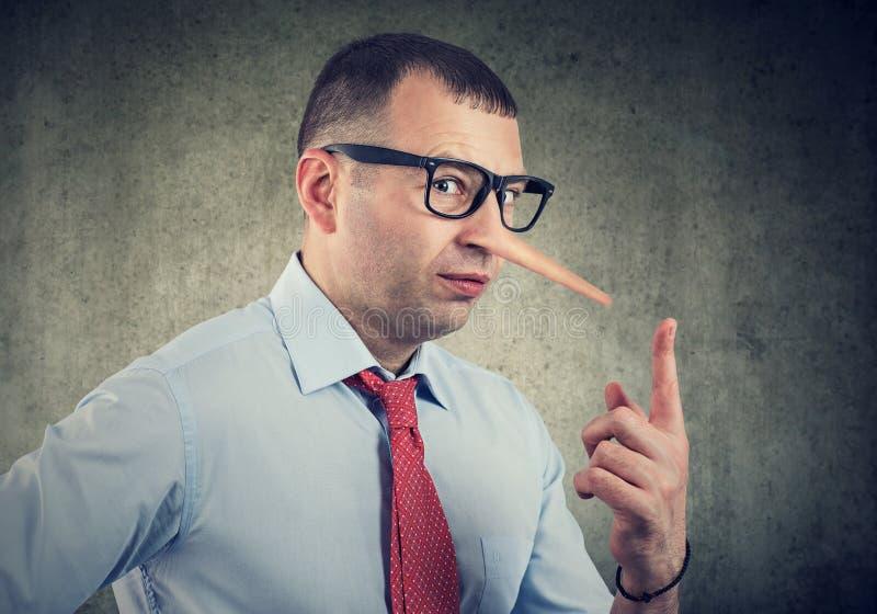 Um homem de neg?cios do mentiroso e um conselheiro financeiro fotografia de stock royalty free