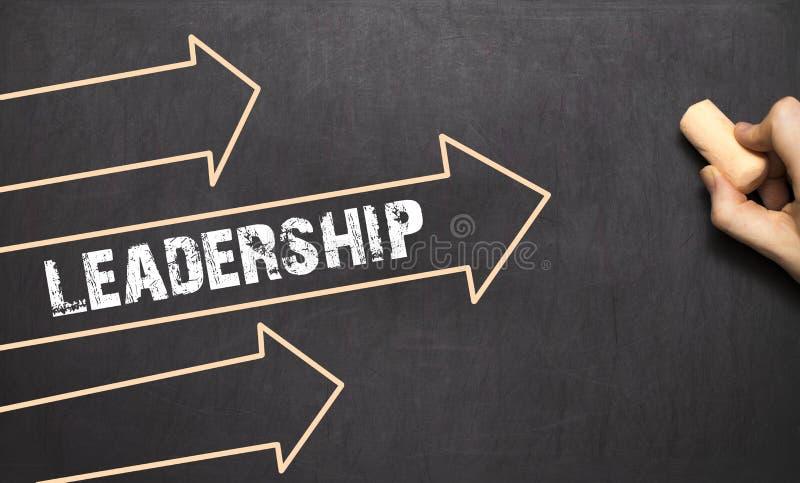 Um homem de negócios está tirando o conceito da liderança com setas fotografia de stock