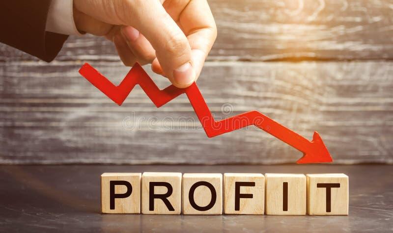 Um homem de negócios guarda uma seta vermelha para tragar e o lucro da inscrição Negócio e pobreza mal sucedidos Diminuição do lu foto de stock