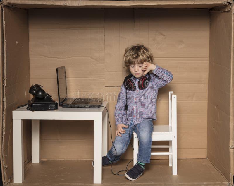 Um homem de negócios pequeno é infeliz com o fato de que deve trabalhar fotografia de stock royalty free