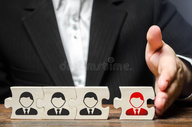 Um homem de neg?cios junta-se a um empregado novo ? equipe como seu l?der Conjunto da equipe nova do negócio para o projeto foto de stock