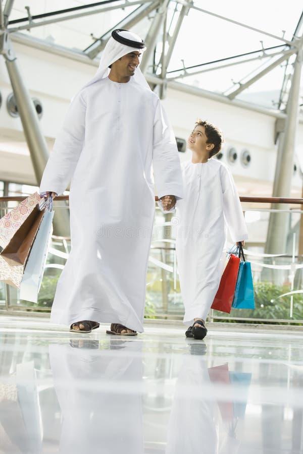 Um homem do Oriente Médio e sua compra do filho foto de stock