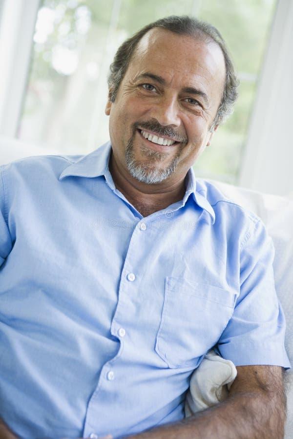 Um homem do Oriente Médio em casa imagens de stock royalty free