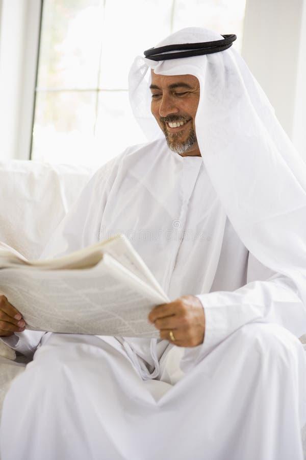 Um homem do Oriente Médio que lê um jornal imagem de stock royalty free