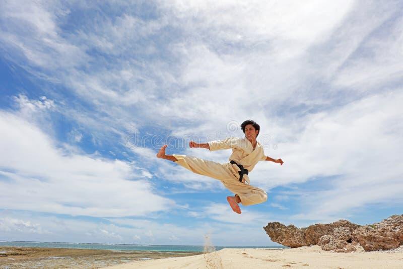 Um homem do treinamento do kata do karaté fotografia de stock royalty free