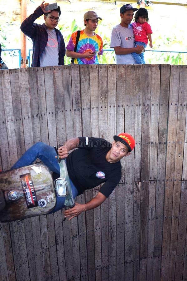 Um homem do 'trotinette' executa em uma mostra conhecida localmente como o €™ de Tong Setanâ do ', ou no tambor de Devil's imagens de stock royalty free