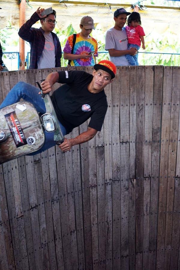 Um homem do 'trotinette' executa em uma mostra conhecida localmente como o €™ de Tong Setanâ do ', ou no tambor de Devil's imagem de stock