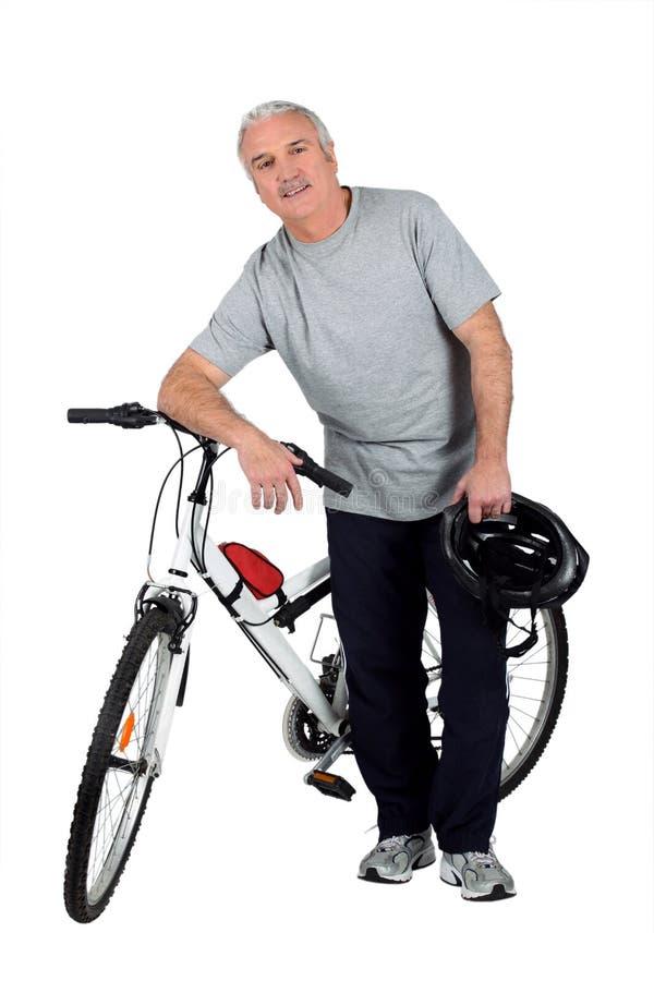 Um homem e uma bicicleta de montanha imagem de stock royalty free