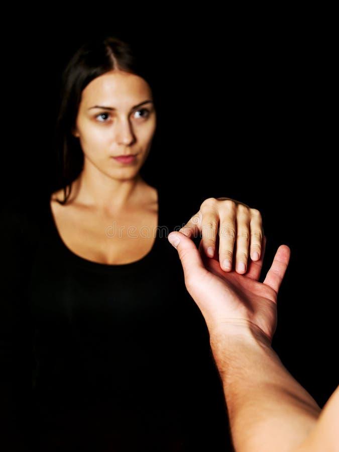 Um homem e uma fêmea que guardam as mãos fotografia de stock
