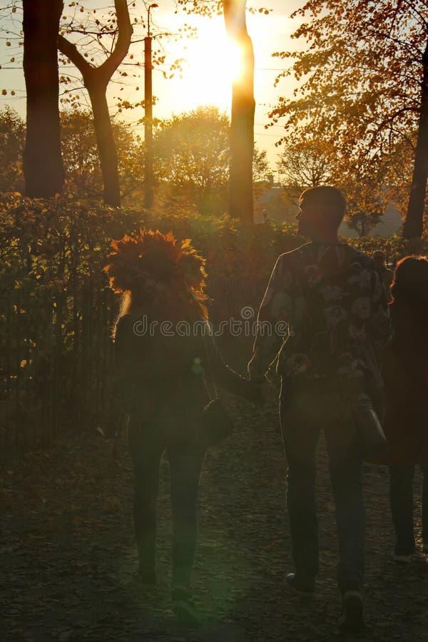 Um homem e uma menina com uma grinalda das folhas de bordo amarelas em sua cabeça fotos de stock