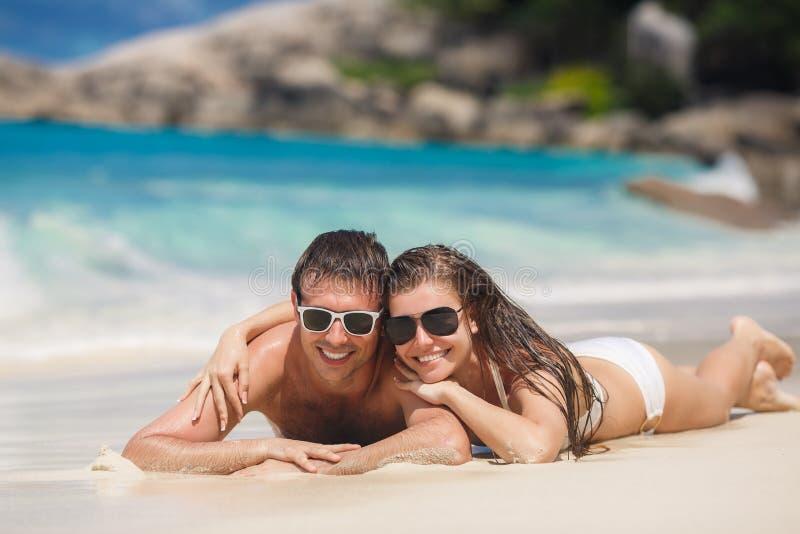 Um homem e uma mulher atrativos na praia imagens de stock