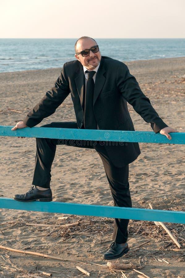 Um homem elegante novo está na praia Ardea Italy imagem de stock royalty free