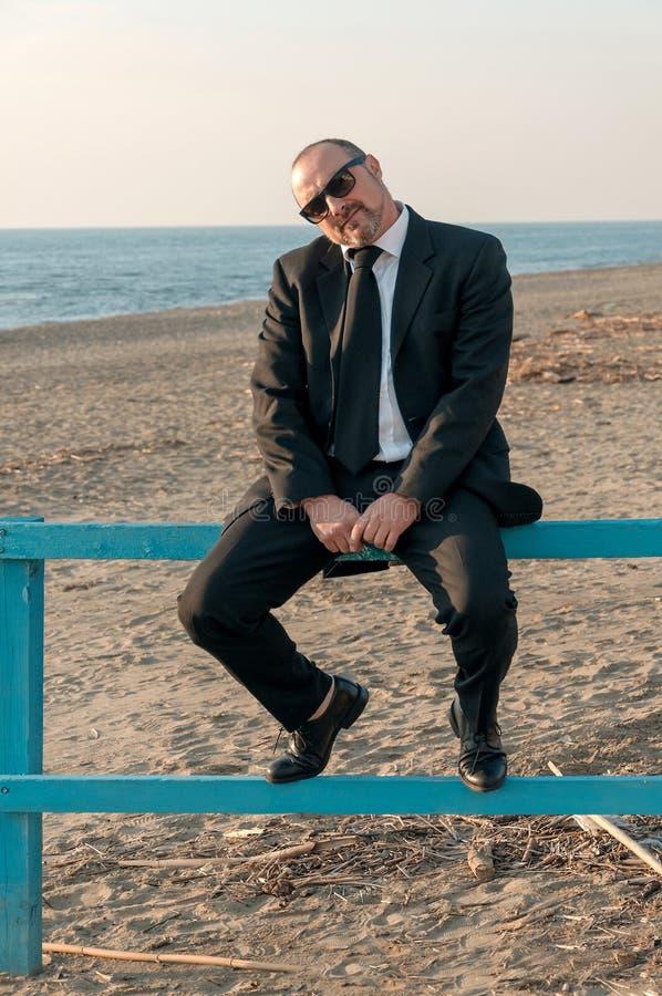 Um homem elegante novo está na praia Ardea Italy fotografia de stock royalty free
