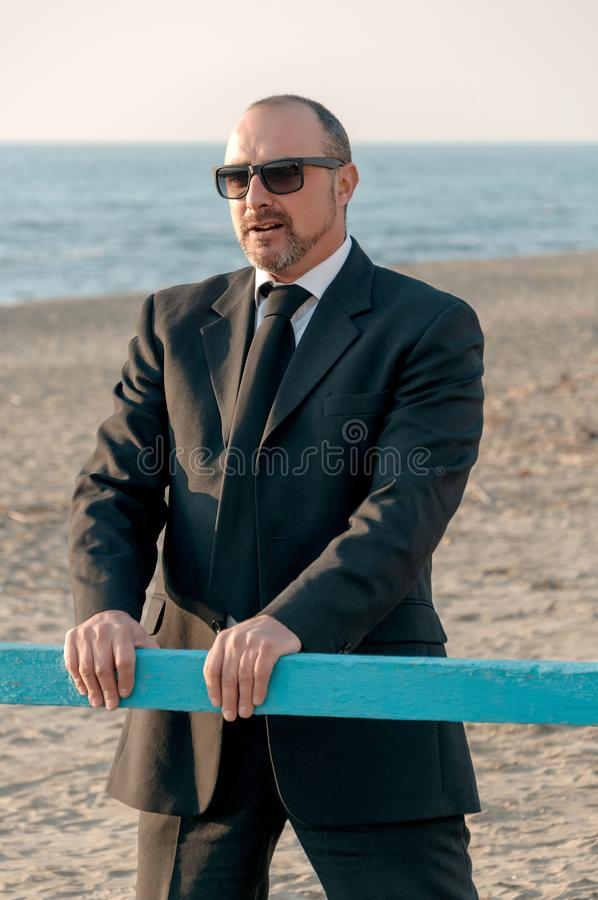 Um homem elegante novo está na praia Ardea Italy fotos de stock