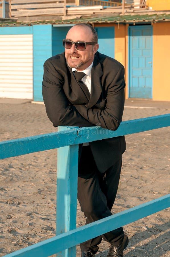 Um homem elegante novo está na praia Ardea Italy imagens de stock royalty free