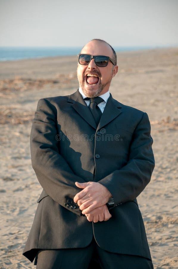 Um homem elegante novo está na praia Ardea Italy imagens de stock