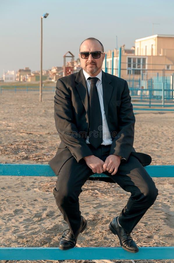 Um homem elegante novo está na praia Ardea Italy foto de stock royalty free