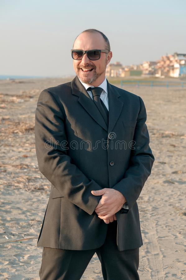 Um homem elegante novo está na praia Ardea Italy fotos de stock royalty free