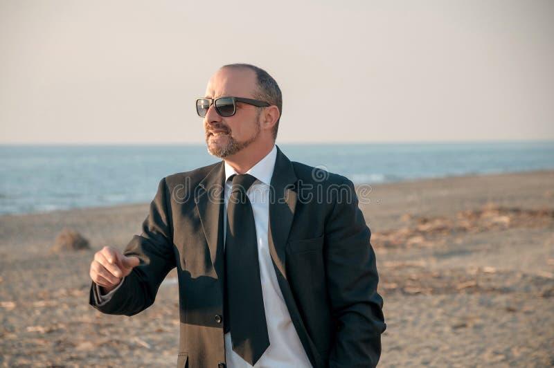 Um homem elegante novo está na praia Ardea Italy fotografia de stock