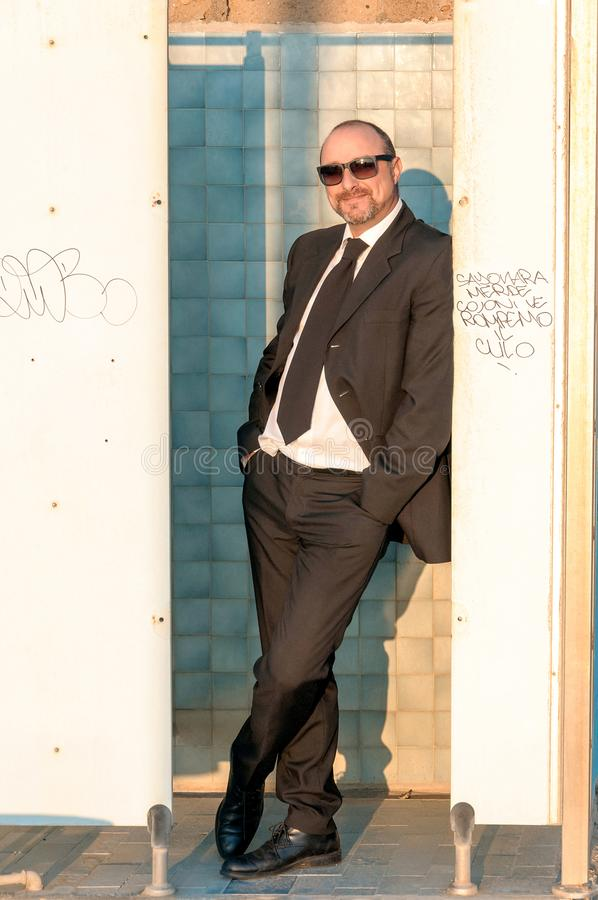 Um homem elegante novo está na praia Ardea Italy imagem de stock