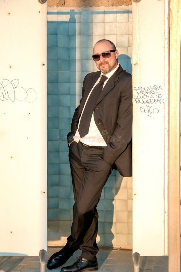 Um homem elegante novo está na praia Ardea Italy foto de stock