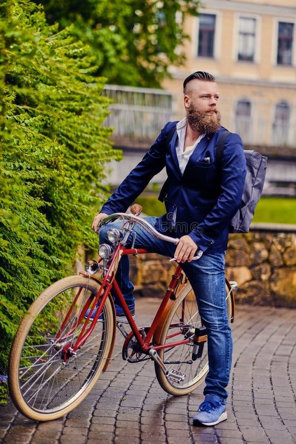 Um homem em uma bicicleta retro em um parque fotografia de stock royalty free