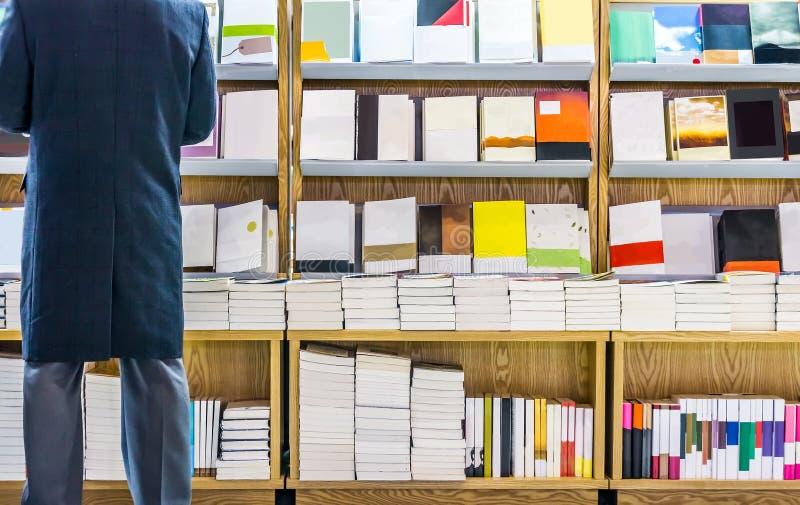 Um homem está lendo um livro imagens de stock royalty free