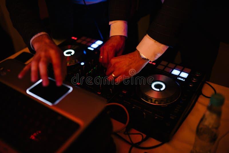Um homem está no DJ e nos trabalhos como um DJ foto de stock