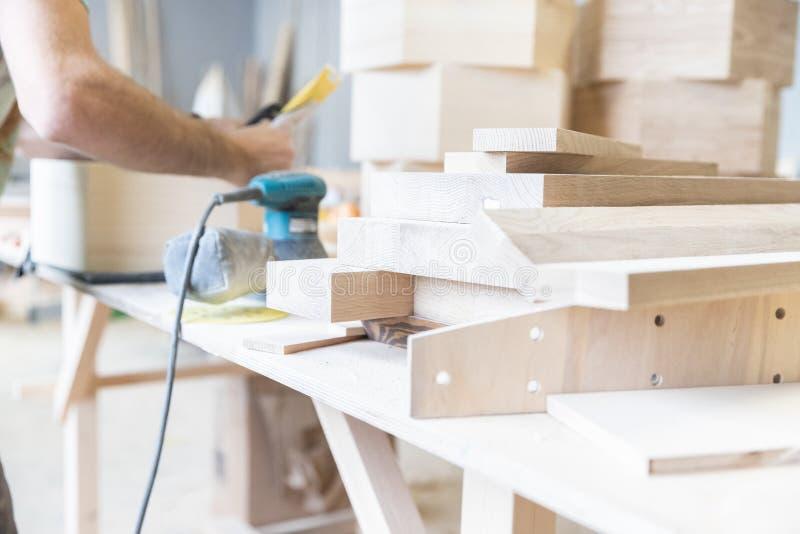 Um homem está processando uma árvore joiner Um carpinteiro Processos do Woodworking fotografia de stock