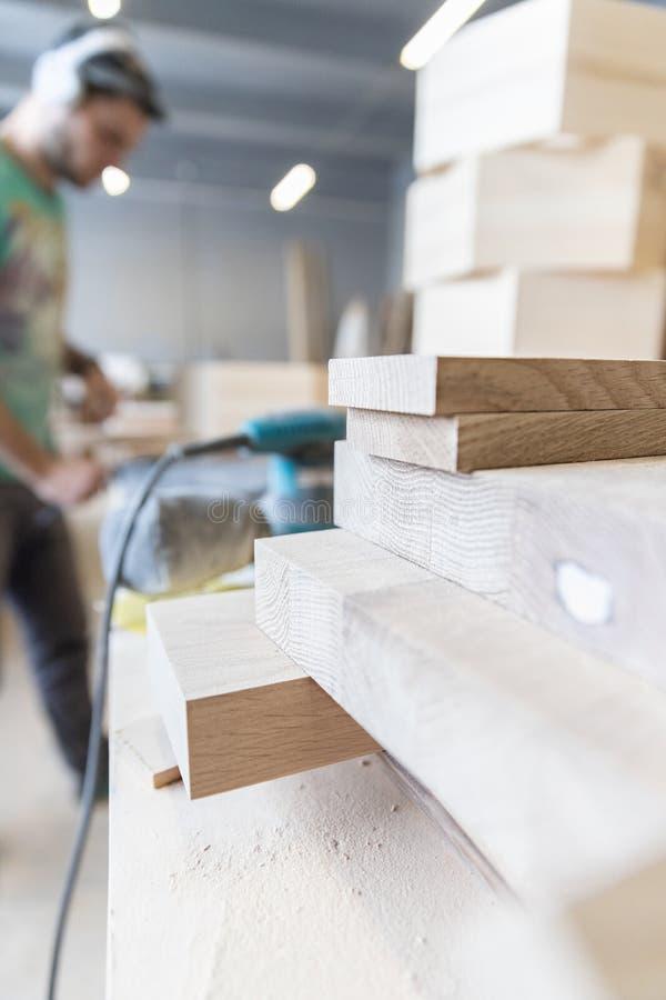 Um homem está processando uma árvore joiner Um carpinteiro Processos do Woodworking imagens de stock