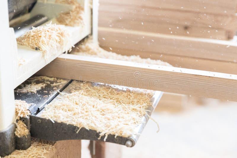 Um homem está processando uma árvore joiner Um carpinteiro Processos do Woodworking imagem de stock