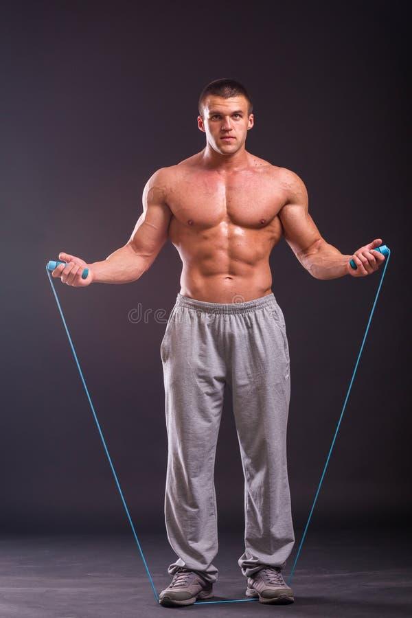 Um homem forte com uma corda imagem de stock
