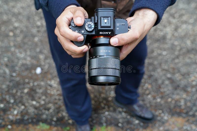 Um homem fotografa com Sony Alpha R III imagens de stock royalty free