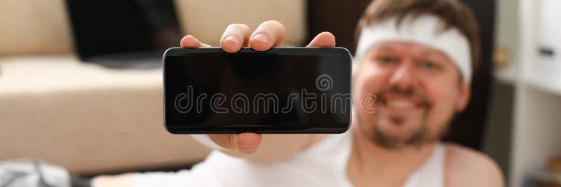 Um homem gordo bonito novo com excesso de peso faz fotos de stock