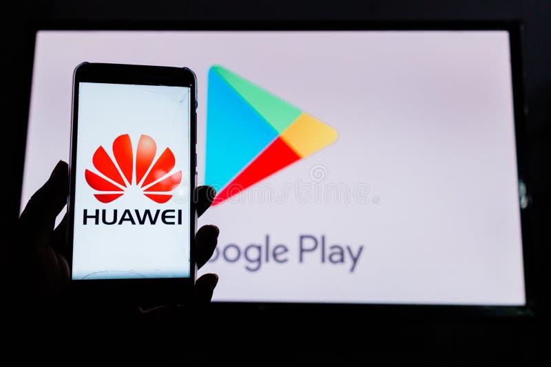 Um homem guarda Android-Smartphone imagens de stock royalty free