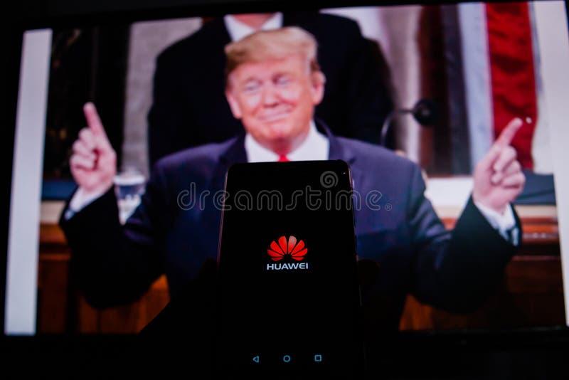 Um homem guarda Android-Smartphone que mostra o logotipo para a loja do jogo de Google na frente da imagem de Donald Trump fotos de stock
