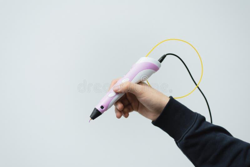 Um homem guarda uma pena 3d em sua mão pena 3d na mão de um homem Punho plástico tecnologico de tiragem imagens de stock royalty free