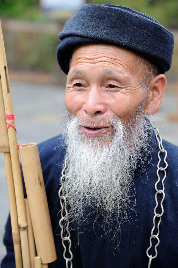Um homem idoso dos miaos chineses fotos de stock