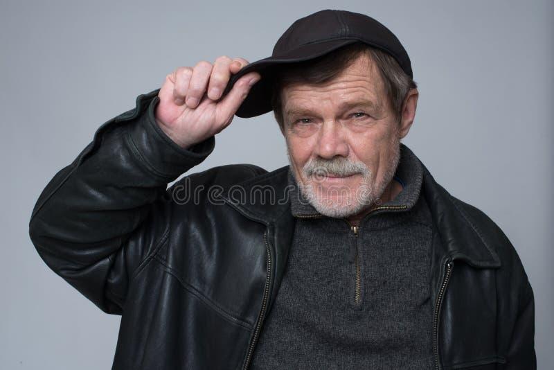 Um homem idoso em um tampão imagem de stock royalty free