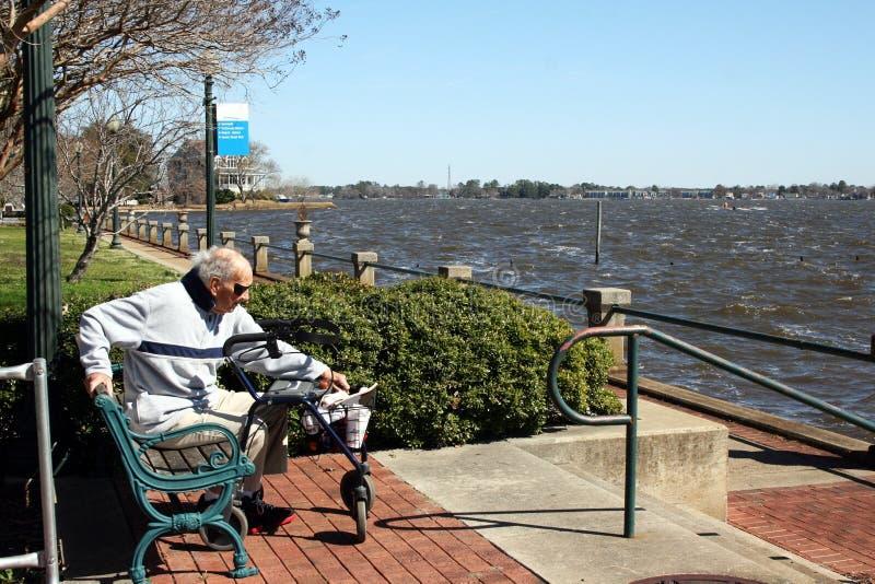 Um homem idoso que aprecia o dia S604 imagem de stock