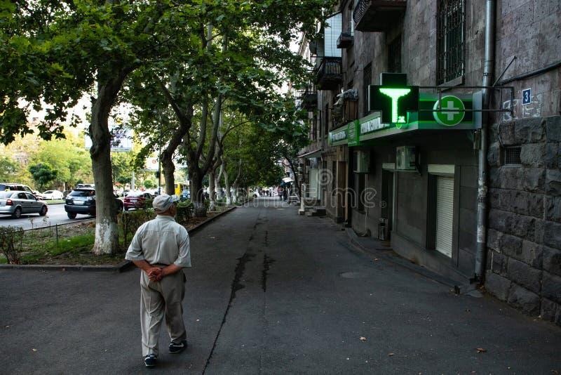 Um homem idoso que dá uma volta fotografia de stock