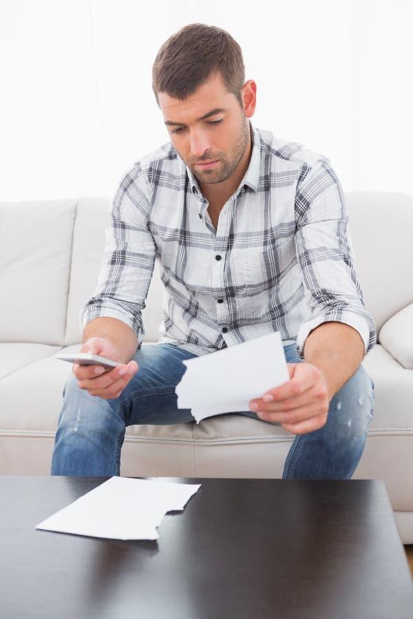 Um homem incomodado que olha papéis foto de stock royalty free