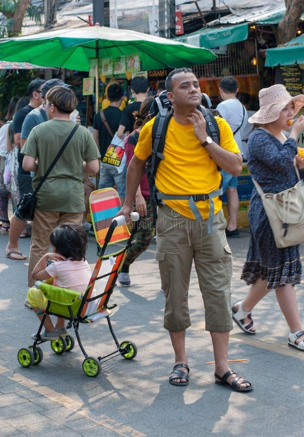 Um homem indiano no t-shirt amarelo está esperando alguém em Chatuc fotografia de stock