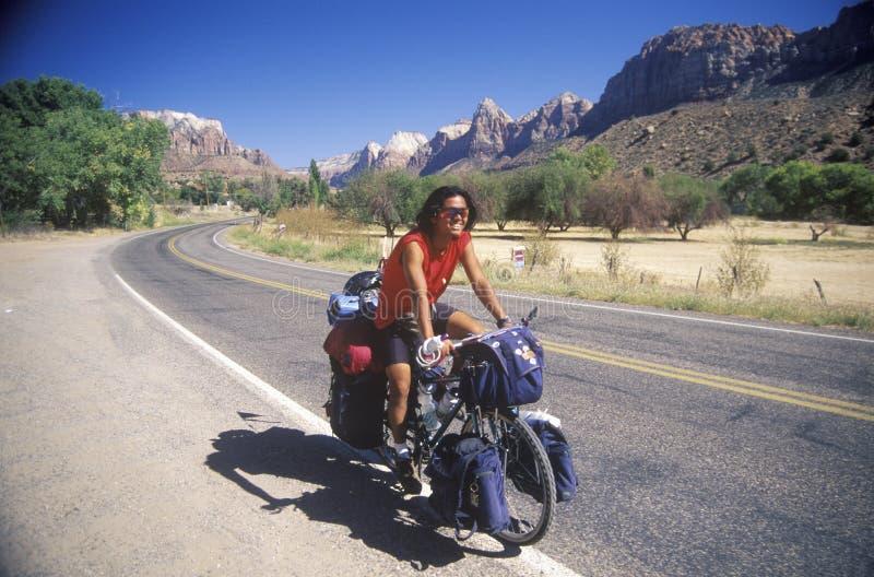 Um homem japonês em Zion National Park, Utá, é em processo de bicycling em torno do mundo inteiro fotos de stock