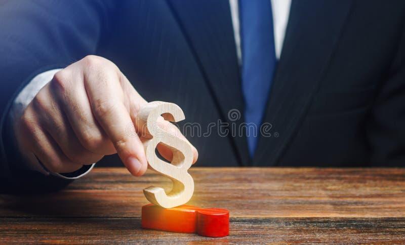 Um homem lida com seu oponente com uma figura de parágrafo Usurpação de energia Pena merecida do criminoso Supressão fotos de stock royalty free