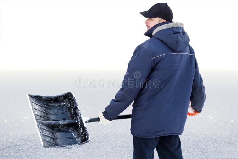 Um homem limpa a neve fotografia de stock royalty free