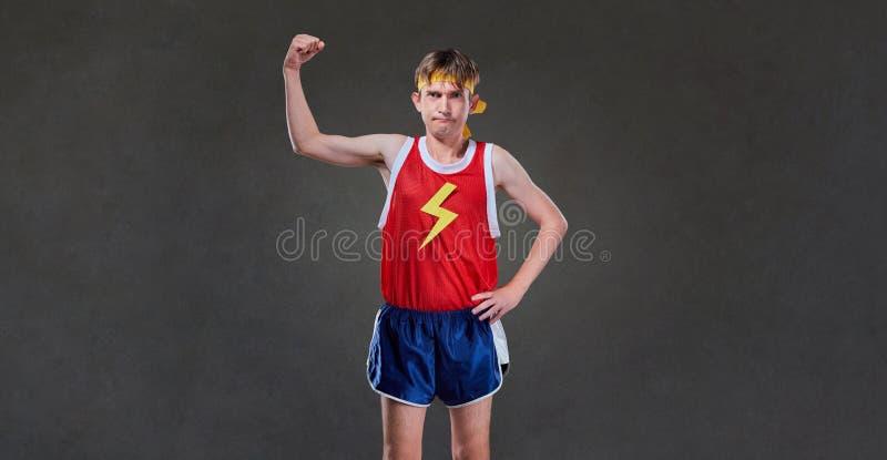 Um homem magro engraçado no levantamento do sportswear imagem de stock royalty free