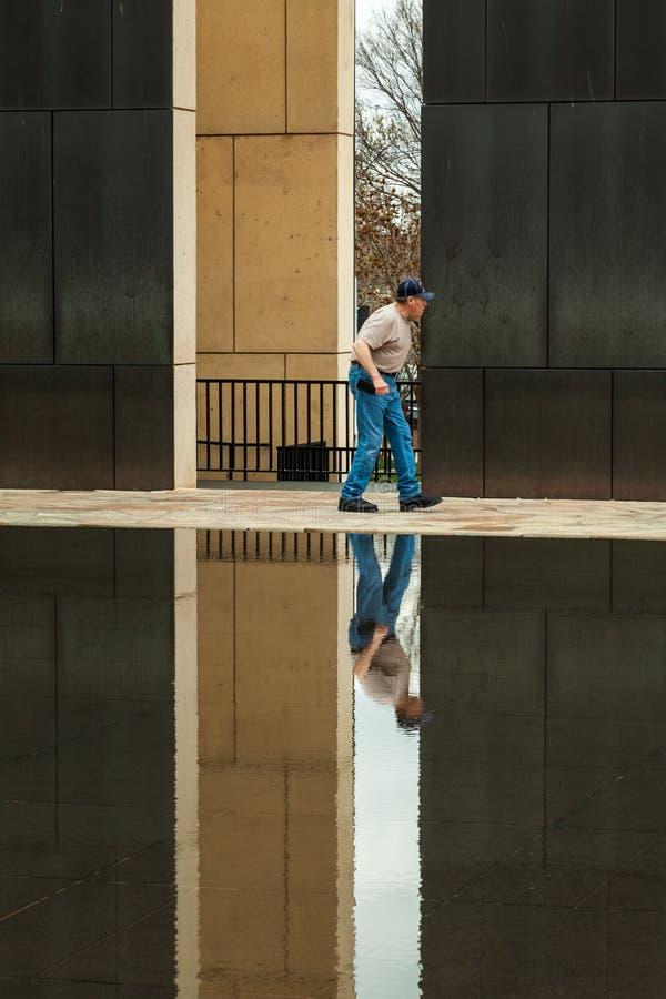 Um homem mais idoso visita o memorial do bombardeio de OKC fotos de stock royalty free