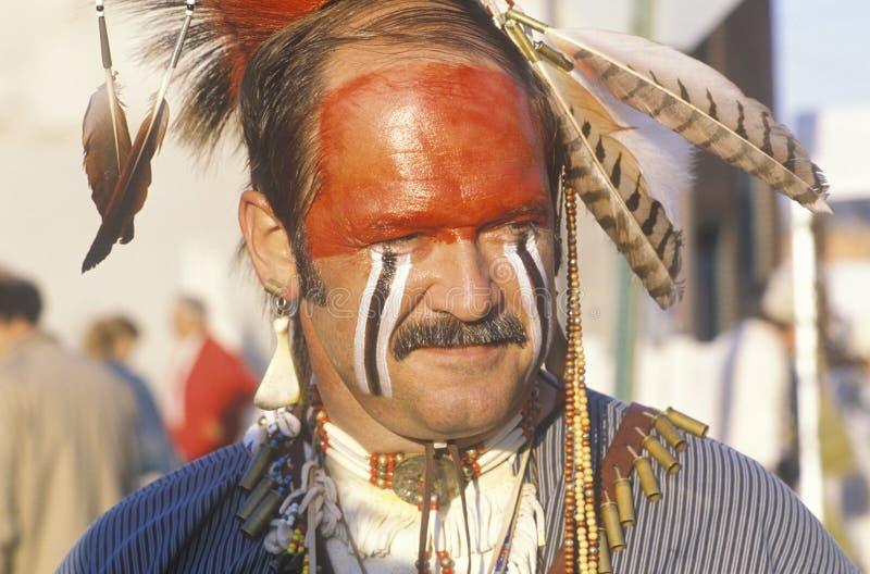 Um homem moderno vestiu-se na pintura da cara do nativo americano, Hannibal, MO imagens de stock royalty free